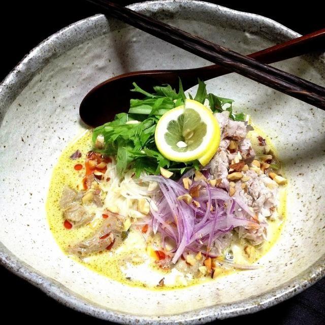 ◆カレー粉→グリーンカレーの缶詰 ◆香草→水菜 ◆ピーナッツ→アーモンド、胡桃、カシューナッツ レッドオニオンスライスで彩りプラス ナッツの香ばしさが大きなポイント(ナッツ好きにはたまらないアクセント)の簡単♪美味しい♪嬉しいレシピ♪ ごちそうさまでした♪(^人^)♪ - 19件のもぐもぐ - Ethnic curry thin wheat noodles. by noricooks