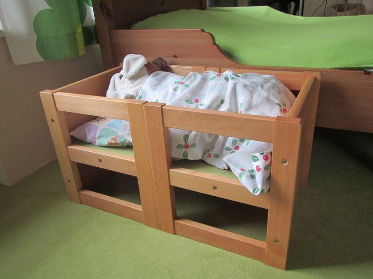 Montessori stolík a stolička Dorotka ako postieľka pre bábiky