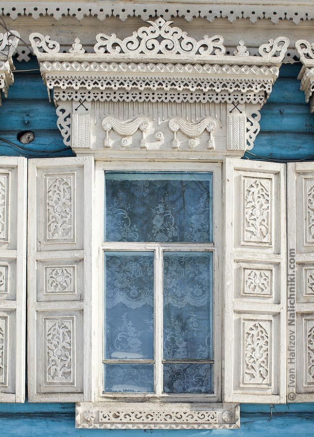 Russian decorated window frame with window shutters Нерчинский белый наличинк | Nalichniki.com