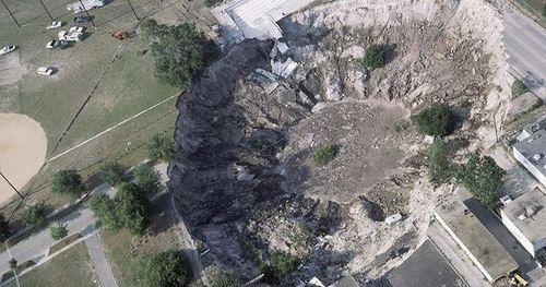 Le sinkhole (littéralement trou d'évier) que l'on appelle notamment doline en français est un affaissement de terrain abrupt. La plupart de ces cavités se forment quand les pluies acides dissolvent la roche calcaire ou assimilée sous la surface. Cela cr