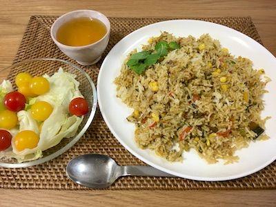 インドの家庭料理ビリアーニです。バスマティライスを硬めに炊いて、野菜の細切れとたっぷりのスパイスと一緒に炒めて作る方法と、残っているカレーシチューを使って作る方法とがありますが、大抵は後者です。昨日の残り物で作るインドのお母さんの味です。バスマティライスが炊きあがった時の香りは抜群です。部屋いっぱいに香りが広がります。ジャガイモ・人参・コーン・青梗菜・パプリカが今日は入っています。