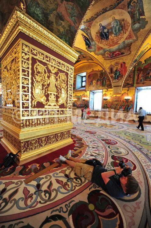 Грановитая палата Московского Кремля. На снимке: фотограф Алексей Филиппов за работой.