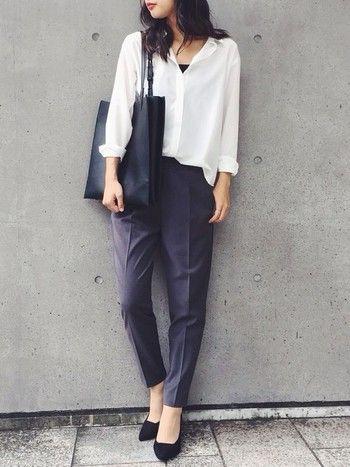 定番の白いシャツにセンタープレスのテーパードパンツというハンサムなスタイル。パンプスでフェミニンさをプラスして。