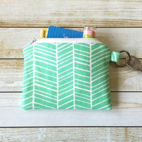 Dit is een Mint groen licht groen Coin Purse rits munt Pouch sleutelhanger wijzigen en kaart portemonnee partij gunst Bruids Gift.   Buitenste stof is een mint groene visgraat weefsel en het innerlijke weefsel is een katoenen doek. U kunt dit zakje in je tas dragen en doe er ID-kaarten, credit-of debetkaarten, munten en contant geld, visitekaartjes en kleine make-up items in. Zelfs de zakjes gebruiken voor het opslaan van uw waardevolle sieraden of andere kostbare items weg in een lade…