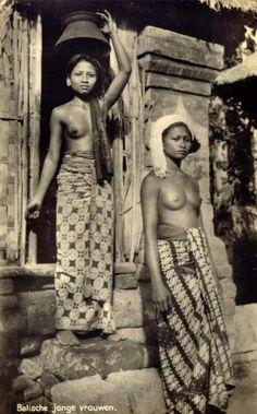 Wanita Bali tempo dulu.