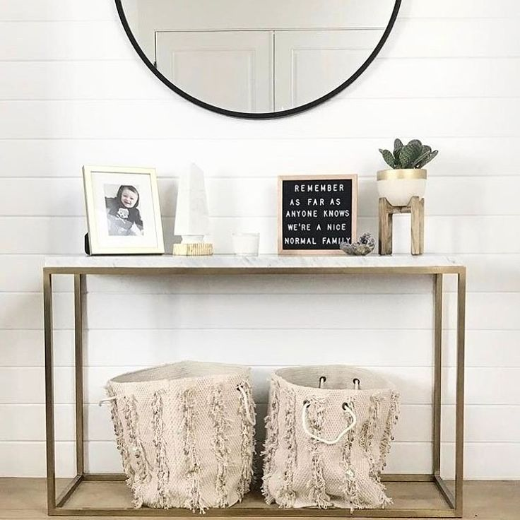 The Poet Oak is an elegant and versatile letter board. Ideal for succinct messages, this square board can be hung on the wall, leaned on a side table, or easily transported and used as a photography p