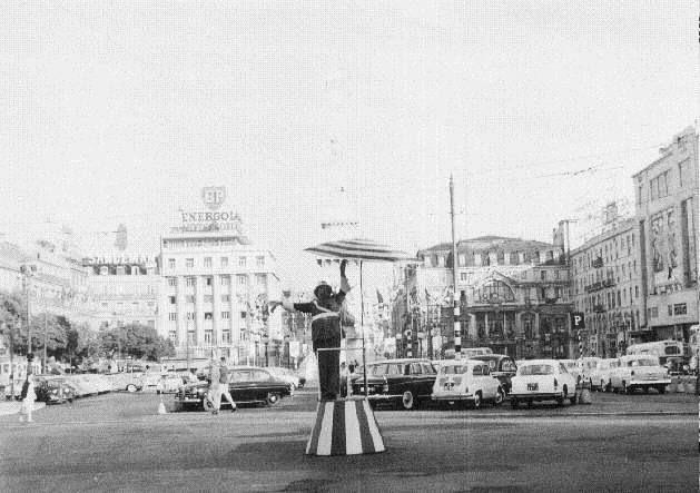 Quando não havia semáforos ou ainda eram raros.... estava lá o Polícia Sinaleiro / Before there were modern street lights there was the signal policemen_Lisbon, Portugal