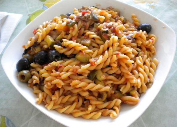 Cosa mangi per pranzo? Eliche al sugo di tonno con olive, un piatto veloce e delizioso. Porzioni per 500 g. di pasta: 3-4 spicchi d'aglio; 3-4 alici sott'olio; una dozzina di capperi; un radicchio; 3-4 zucchine; pomodorini oppure polpa di pomodoro pelato (400 g.); olive nere e verdi Ficacci; tonno (anche piccante); prezzemolo tritato; olio extravergine di oliva Romeo; sale e pepe. Per il procedimento seguici su:  http://www.ficacci.com/ricette-con-olive.asp?id=109