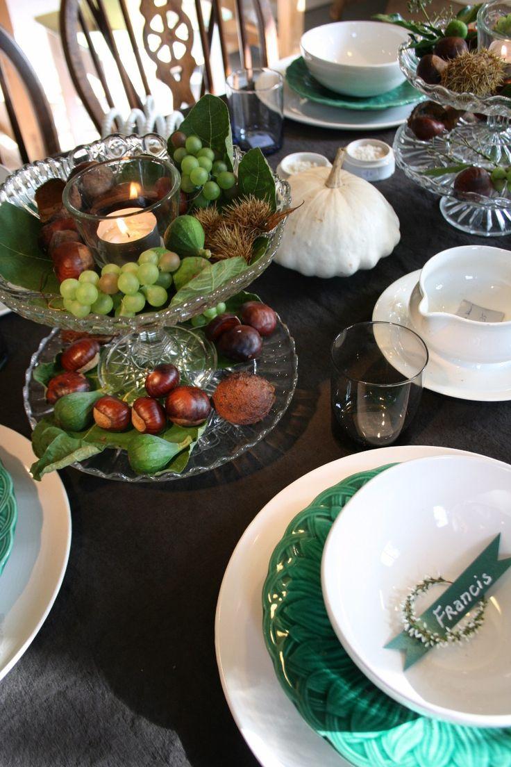 Schoonheid hoeft niet altijd duur te zijn. Combineer je oude en nieuwe serviezen, sobere decoratie met enkel wat druiven, noten, en bladeren op  gestapelde taartschotels waarmee je zo de herfst binnenhaalt.