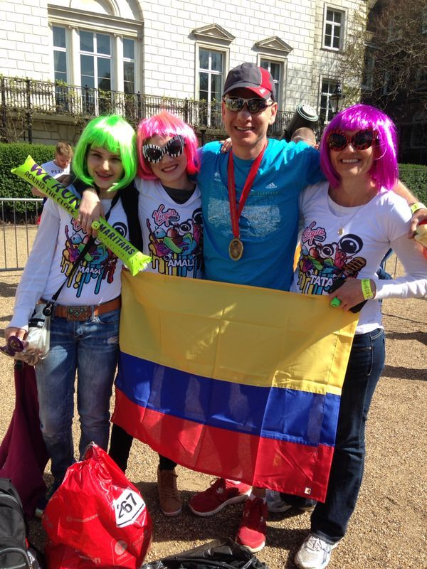 VIRGIN MOBILE COLÔMBIA CEO JUAN VELEZ ESTABELECE NOVO RECORDE NA MARATONA DE LONDRES (ABRIL 2014)  Aqui é Juan e família agitando a bandeira colombiana depois de terminar a Maratona de Londres, patrocinado pela Virgin Money. Foi um grande esforço por Juan e seus líderes de torcida (só brincando sobre o registro).
