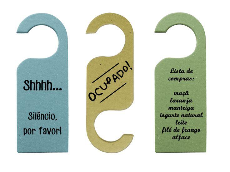Hang Doors - Cabides de Porta | Stratis Os hang doors são vendidos nas cores verde, amarelo, rosa, lilás, laranja e azul. As mensagens aqui escritas são apenas exemplos de como você pode personalizar o seu hang door. Você pode escrever a mensagem que desejar.