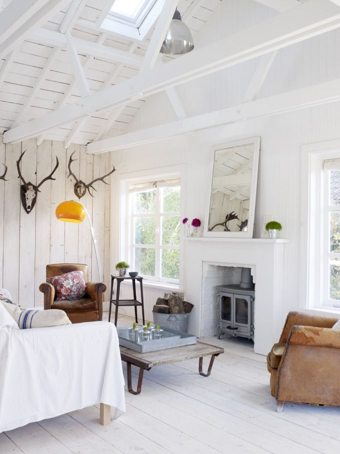 Take a tour of the gorgeous White Cabin in the village of Winchelsea, a beach town in East Sussex, South England. - Living Room