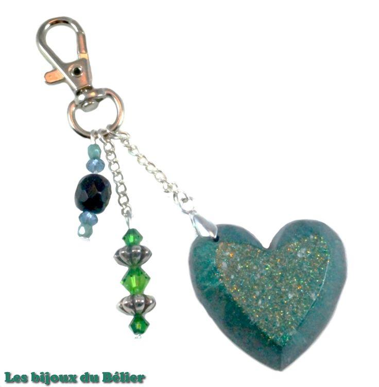 Porte clés/bijou de sac coeur bleu/vert en résine pailletée, toupies Swarovski et perles de bohème en verre fait main : Porte clés par les-bijoux-du-belier