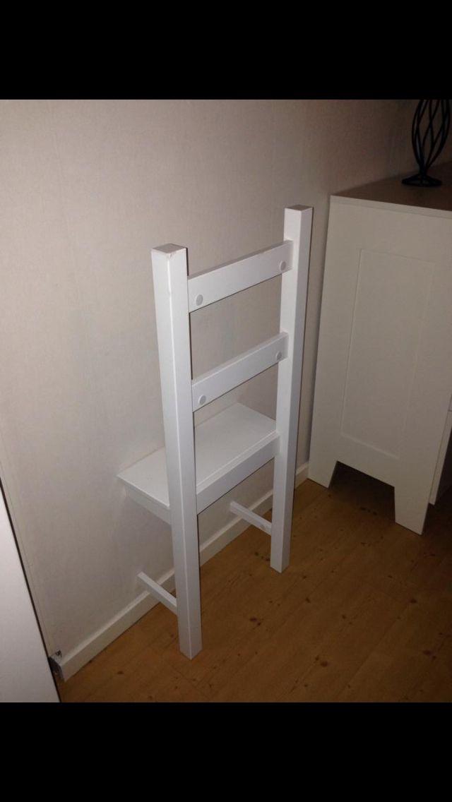Med hjälp av en gammal stol kan du göra en betjänt som håller upp dina kläder. Den kan också fungera som nattduksbord om du har den precis intill sängen.