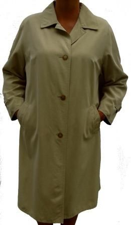 A straight cut all weather coat from Marcona in a soft and light fabric. Two outer pockets, shoulder pads, defined shoulder seams, A full lining, one inside pocket and a buttoned back flap. A very comfortable and elegant coat.