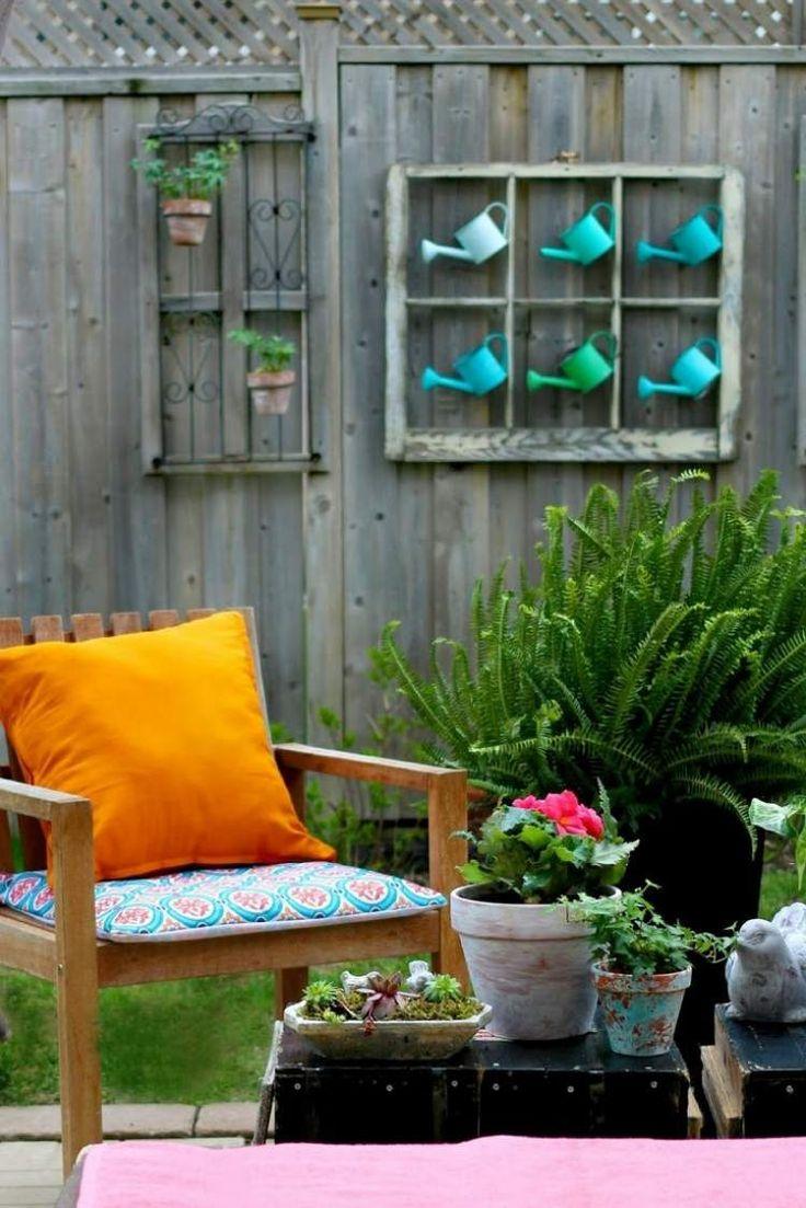 déco jardin avec des pots à fleurs étagères murale et arrosoirs