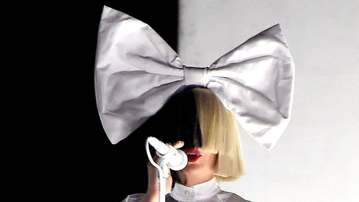 Sia takes on paparazzi by posting her own naked photo https://tmbw.news/sia-takes-on-paparazzi-by-posting-her-own-naked-photo  Sia Furler has responded to an apparent attempt by paparazzi to sell naked pictures of her by posting one of them herself on Twitter.The Australian singer-songwriter is known for being secretive about her life, including what she looks like.She regularly hides her face under masks and wigs.Sia tweeted a blurry photo of the back a naked woman, accompanied by the words…