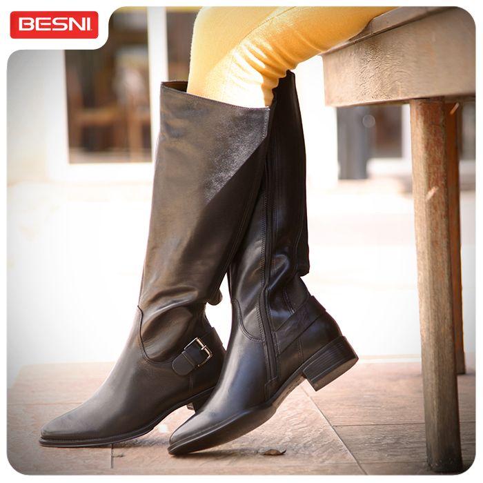 As botas de montaria estão com tudo! Com legging ou calça jeans justinha, a certeza é uma só: seu look vai ficar incrível. #bota #montaria #Besni #combinacomvocê