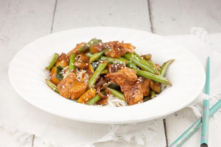 GEWOKTE KIP MET SPERZIEBONEN Simpelweg een heerlijk doordeweeks gerecht, deze gewokte kip met sperziebonen is binnen 20 minuten tijd klaar. Recept voor 4 personen. Recept onder de knop BRON