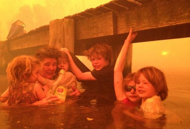 Avó escapa com netos de incêndio ao ficar 3 horas na água na Austrália  Fogo destruiu cerca de 90 casas na região de Dunalley.  Família se abrigou sob um cais.  Uma australiana conseguiu salvar seus cinco netos de um grande incêndio que atingiu a casa da família na ilha da Tasmânia, Austrália, ficando por três horas com as crianças sob um cais na cidade de Dunalley. Imagens impressionantes do caso foram divulgadas nesta quarta-feira (9).  O fogo destruiu cerca de 90 casas na região. Tammy Ho