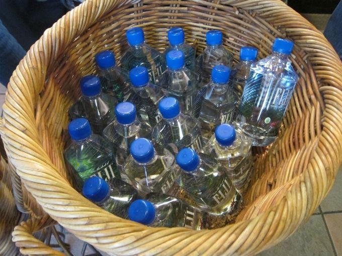 Si compras agua embotellada, estás tirando dinero a la basura
