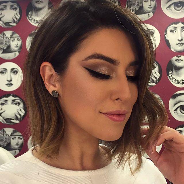 Makeup para Fernanda Paes Leme por Jimmy Paladino com olhos delineados.
