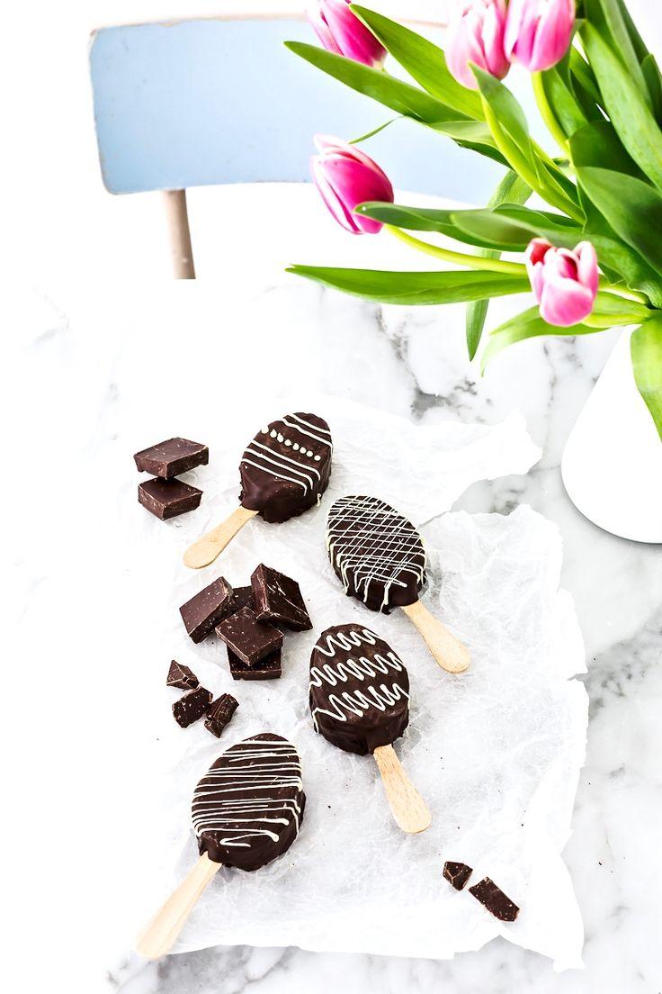 Questi deliziosi ovetti di torta al cioccolato su stecco, da decorare a piacere, sono un originale idea per Pasqua o per la merenda. Provali subito!