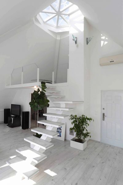 Minimál lépcső - minimal style interior Otthonos családi ház, kiemelkedő biztonságtechnikával a Guggerhegyen. Családi ház eladó Csatárka 336.8 m² - HomeHunters - Ingatlanok