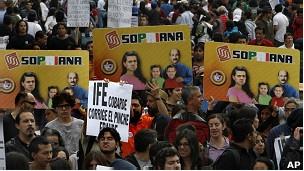 Pese a las lluvias que cayeron este fin de semana, las calles de Ciudad de México volvieron a ser escenario de la protesta contra el resultado oficial de las elecciones presidenciales del 1 de julio. Ver más en: http://www.elpopular.com.ec/56730-especulan-un-fraude-electoral.html