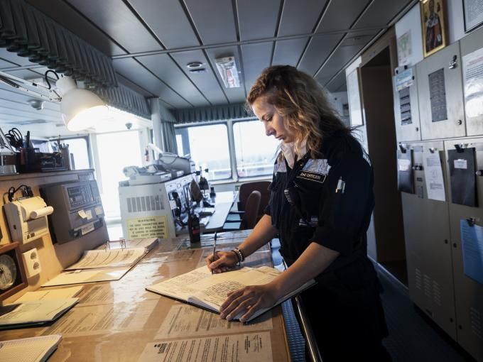 Γυναίκες στη θάλασσα   Για να πάρουμε μια γεύση από τη ζωή του πλοίου ανεβαίνουμε στο Τέλενδος, ένα ολοκαίνουργιο LPG Tanker της Eletson στα ανοιχτά της Σαλαμίνας που σε λίγες μέρες θα ναυλωθεί και θα αναχωρήσει. Σε αυτό το πλοίο δουλεύει η ανθυποπλοίαρχος Ελισάβετ Καραγεώργου, η μοναδική γυναίκα σε ένα πλήρωμα 25 ατόμων. Κάνει ένα μικρό διάλειμμα από τη γέφυρα, όπου περνά τις περισσότερες ώρες της μέρας, για να μας μιλήσει. Ένα από τα βασικά της καθήκοντα είναι να χαράζει την πορεία του…