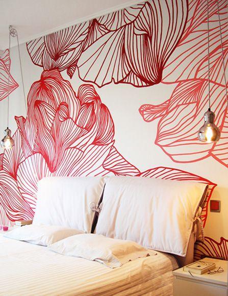 Τοίχος με ζωγραφιστά λουλούδια πάνω από κρεβάτι. Δείτε περισσότερες ιδέες διακόσμησης για την κρεβατοκάμαρα στη σελίδα μας www.artease.gr