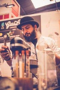 """#GastronomíaMolecular   Fruto de la creatividad y la innovación, """"Guilab, laboratorio de helados"""" ofrece una experiencia única para los sentidos. La empresa elabora helados gourmet en el momento, gracias al uso de nitrógeno líquido, en medio de un performance que incluye vestuario, humo y sabores sublimes. #gastronomía #food #comer #helados #nitrógeno #nitrógenolíquido #laboratoriodehelados #gourmet"""
