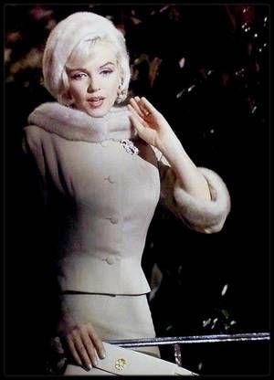 """1962 / Marilyn sur le tournage du film """"Something's got to give"""", aux côtés de Wally COX, Dean MARTIN ou encore Cyd CHARISSE."""