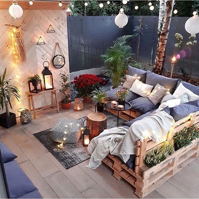 Dieses Wohnzimmer im Freien mit maßgefertigten Palettenmöbeln und Boho-Stil