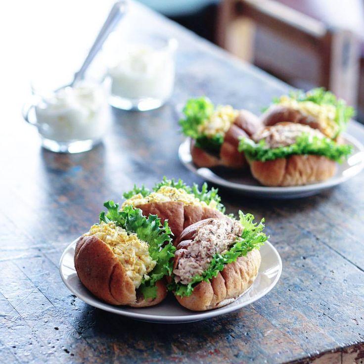もりもりロールサンド スーさん「すいませーん、これ自分食べていいやつですかね、あ、違いますかそうですか」の顔 #朝ごはん#あさごはん#おうちごはん#おうちカフェ#サンドイッチ#ロールパン#ブランパン#パン#ワンプレート#ワンプレートごはん#スーさん#トイプードル#ポメラニアン#ポメプー#犬#わんこ
