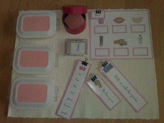 Voici les instructions pour savoir comment organiser les boîtes de la série rose sur les étagères de la salle de classe et comment la présenter à l'élève. Voici les étagères dédiées au matériel du …