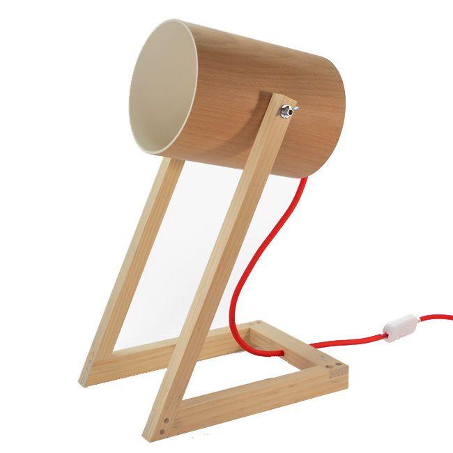 Luminária Betolofote - R$ 435,00  A Betolofote é a solução ideal para uma iluminação mais focada fazendo um papel de um holofote. Além de iluminar, é um belíssimo objeto para compor a decoração de uma casa ou apartamento.  Ela é feita de madeira de reflorestamento, chapa de PVC e fio com revestimento têxtil colorido.