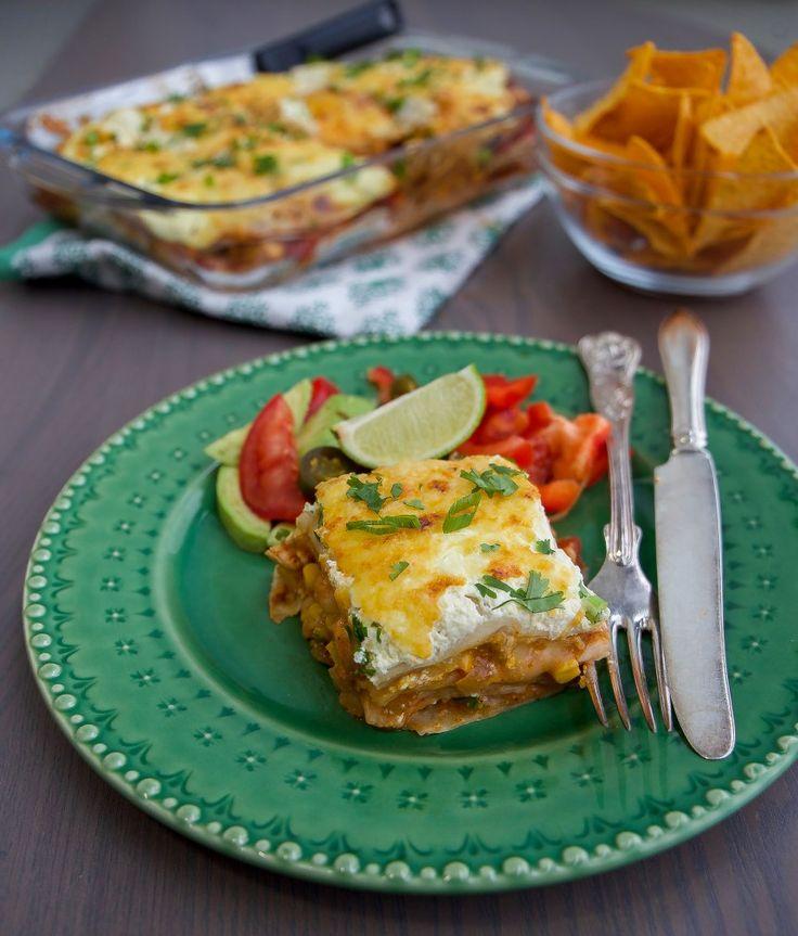Smarrig och krämig gratäng som funkar lika bra att tillagas med kyckling eller quorn. Gratängen påminner både om enchiladas och lasagne. Tortillabröd varvas i en form med tacosås, kyckling- eller quornfyllning och riven ost. Det hela avslutas med creme fraîche och riven ost. Riktigt gott och lättlagat. 6 portioner enchiladasgratäng 8 st tortillabröd (mellanstorlek)- recept …