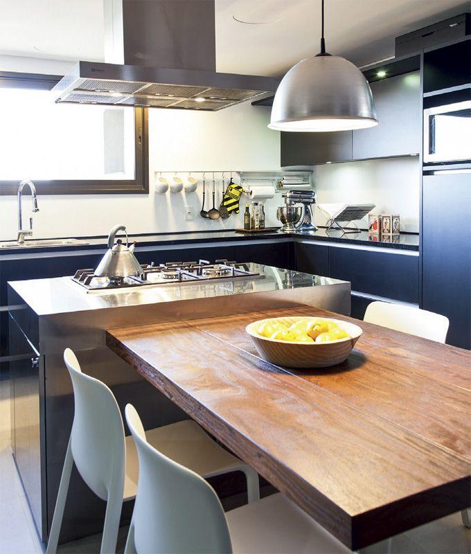 Dúplex em Porto Alegre com ambientes integrados - Casa  Lara ama reunir os amigos em torno do fogão. Por isso, a cozinha ganhou ares de área de estar. A ilha tem gavetas para que tudo esteja à mão. Os armários são da Kitchens.