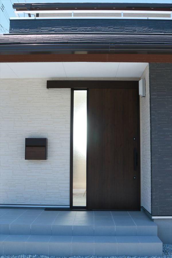 スタイリッシュな大屋根の家 玄関ドア 引き戸 玄関引戸 Ykk 玄関ドア