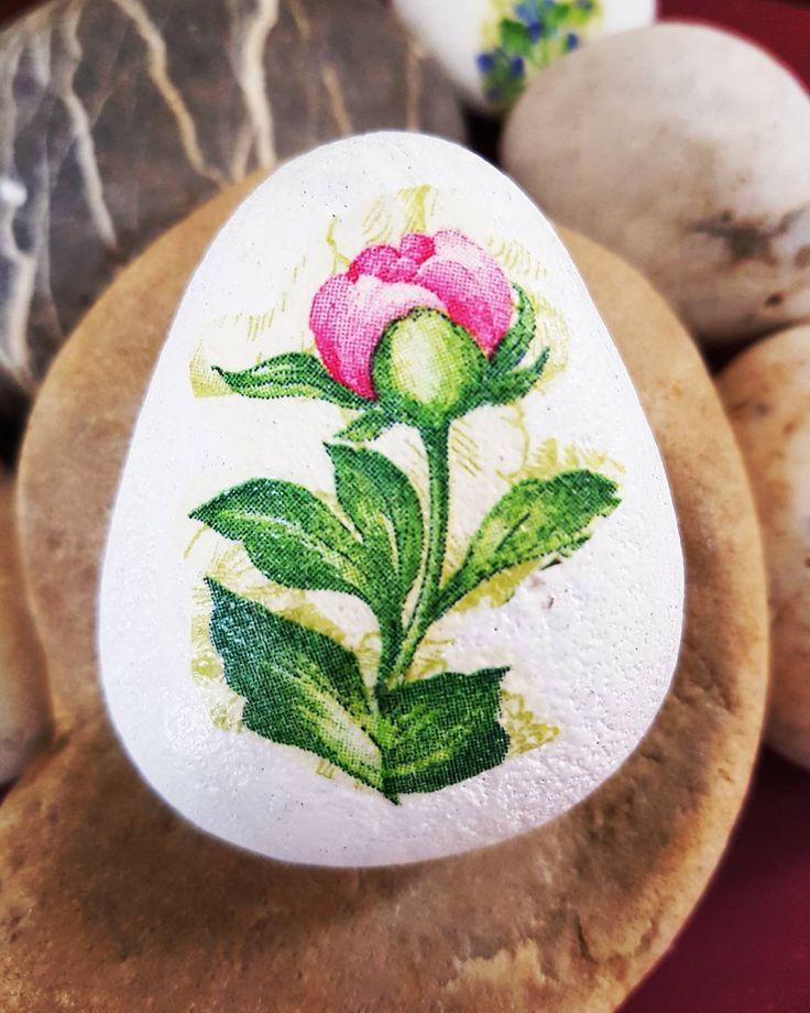 "20 Likes, 5 Comments - Sandra Suazo (@stonesbysandra) on Instagram: ""#pebbles #pebblebeach #little #flowers #handmade #decoupageart #decoupage #fun"""