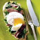 Gordon Ramsay: toast met gepocheerd ei, spinazie en ansjovis - recept - okoko recepten