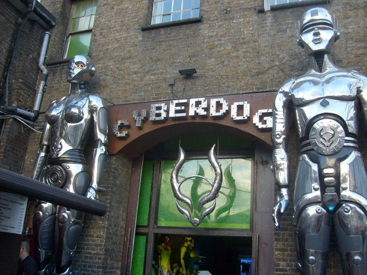 """CyberDog - Londra, un negozio fuori dal comune che vende un'infinità di """"cose strane"""" a """"gente strana"""" . Ha un' entrata molto particolare che non stona affatto con il quartiere e quei due robot metallici lasciano intendere che non si tratti di un negozio convenzionale!"""