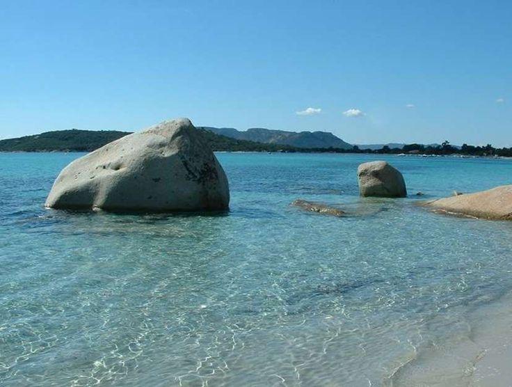 La Corse. La plage de Saint-Cyprien (Lecci). Cette magnifique plage bordée par l'étang d'Arasu est certes petite mais n'a rien à envier à ses grandes sœurs.