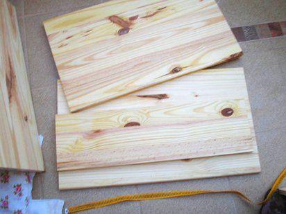 Cómo hacer un baúl de madera   Hacer bricolaje es facilisimo.com He aquí la materia prima utilizada por Laurayfran: madera en tableros alistonados, que compró en un gran almacén de bricolaje. El primer paso fue cortar las tablas a la medida que quería para el baúl.