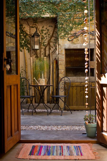 Natalia y Hernán--for all my love of color, this soothing courtyard is just beautiful. And I like the rocks-as-rain-chain