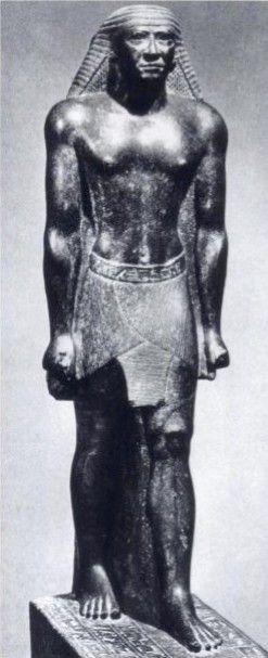 Mentuemhet 6.yy Yunanlar Psammetikhos'un davetiyle, insan ölçülerinde ve hatta çok daha büyük boyda, oturan/ayakta duran sert taştan yapılma heykellere aşina oluyorlar.