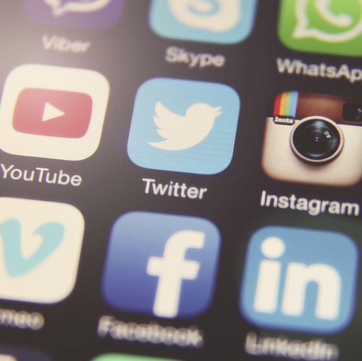 Comprar a través de Internet todo tipo de artículos está completamentenormalizado y cada vez lo hacemos más. Las cifras de las estadísticas del comercio electrónico aumentan año tras año e incluso comprar desde un teléfono móvil es ya algo frecuente. ¿Cuál es el papel que juegan las redes sociales en este escenario de compras online? …