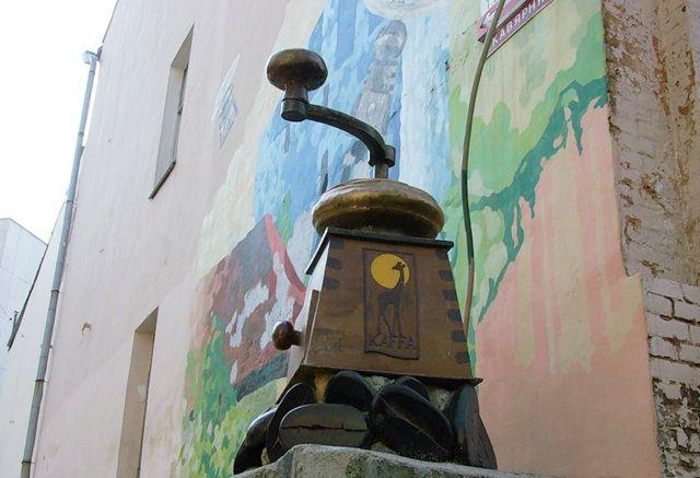 Памятник кофемолке является визитной карточкой кофейни, расположенной в переулке Шевченко. Это точная копия старинной кофемолки, которую хозяин купил у немецкой семьи, проживающей на Западной Украине. Кофемолка была привезена на Украину из Германии. #kiev #ukraine Где находится: переулок Тараса Шевченко, 3