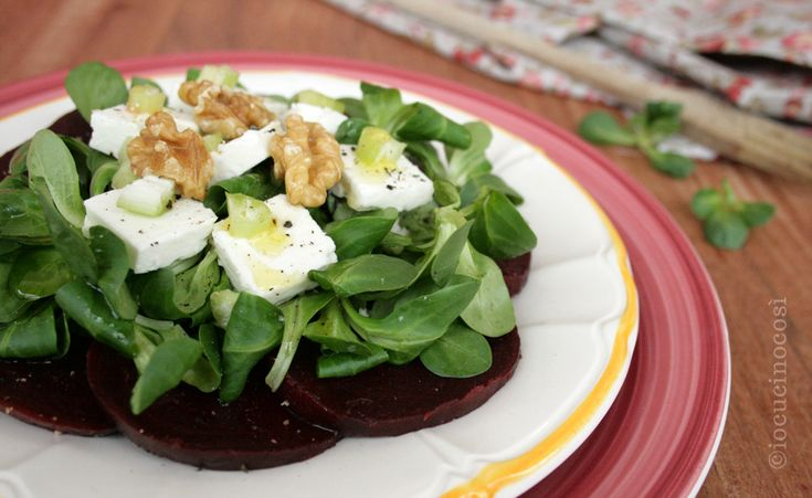 L'insalata di barbabietole con feta e noci è un contorno ricco e gustoso, con l'aggiunta di una fettina di pane integrale diventa un piatto unico completo.